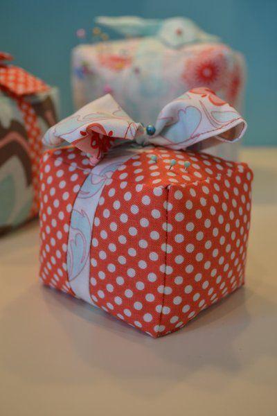 Pretty Parcel Pincushion: Cute Pin, Alfileteros Pincushions, Pretty Parcel, Taylors Design, Pin Cushions, Crafts Pincushions, Parcel Pincushions, Emily Taylors, Pincushions Tutorials