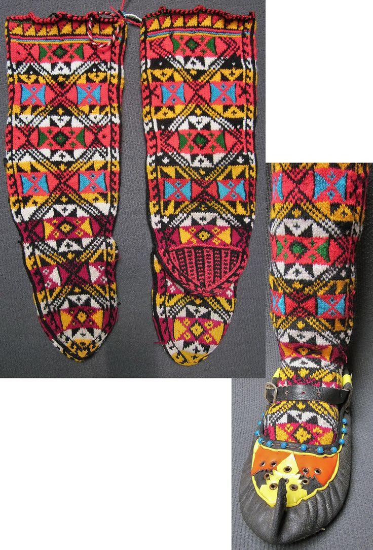 Handknitted woollen women's socks from the Sivas province.  The design is called 'Shepherd's Hand'.  Circa 1975.  (Inv.nr. çor001 - Kavak Costume Collection-Antwerpen/Belgium).
