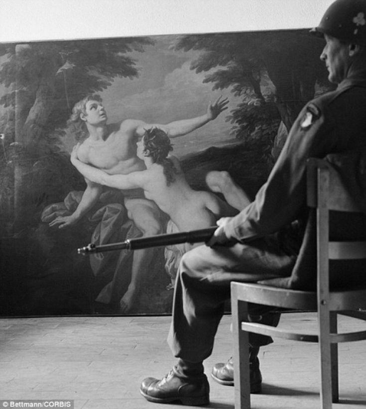 Venere e Adone sorvegliato da un soldato dell esercito americano dopo il recupero alla cava