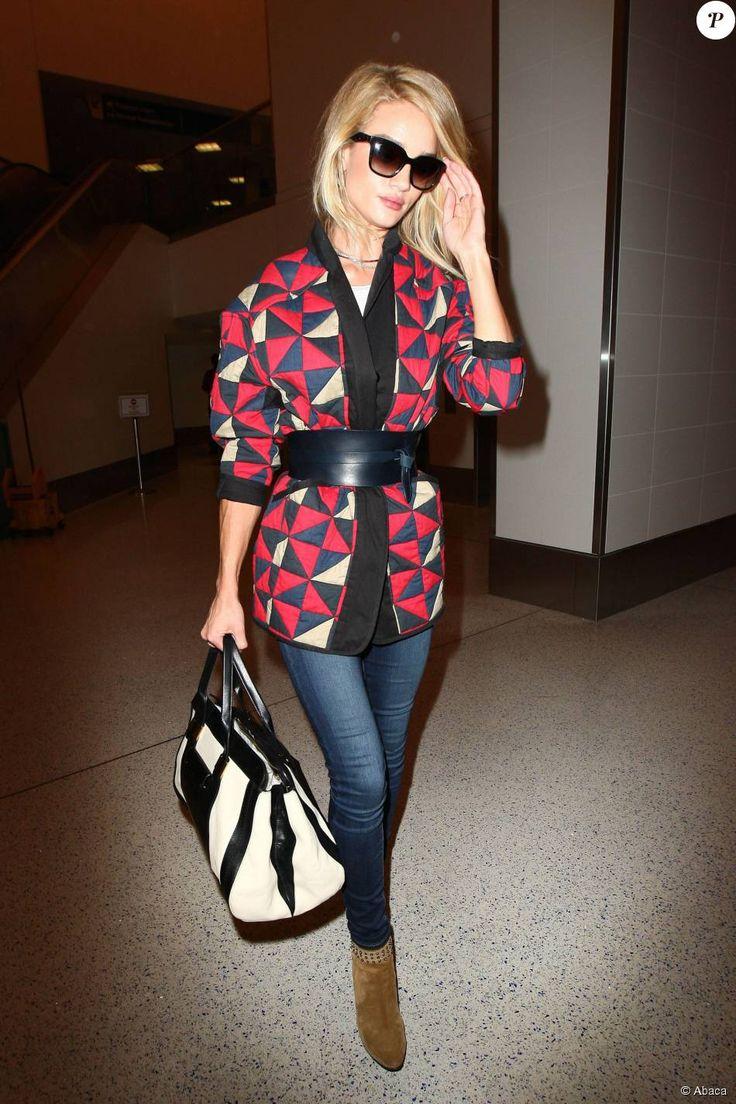 Rosie Huntington-Whiteley arrive à l'aéroport dans une veste kimono graphique Isabel Marant et marque sa taille avec une grosse ceinture Isabel Marant, le 13 mai 2015 à Los Angeles