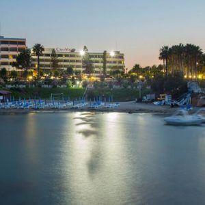 К услугам гостей отеля Cavo Maris 2 теннисных корта, спа-салон, киоск у пляжа и завтрак «шведский стол». В номерах имеется балкон с видом на Средиземное море, бассейн и горы.