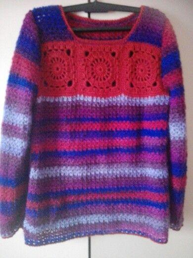 Háčkovaný pulover.