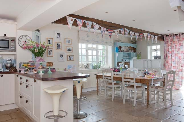 Love the shabby chic kitchen
