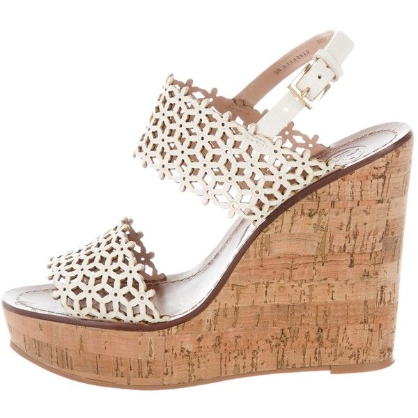 Pre-owned Tory Burch Laser-Cut Slingback Wedges (280 BRL) ❤ liked on Polyvore featuring shoes, sandals, neutrals, wedge shoes, ivory sandals, ivory wedge shoes, leather wedge sandals and slingback sandals