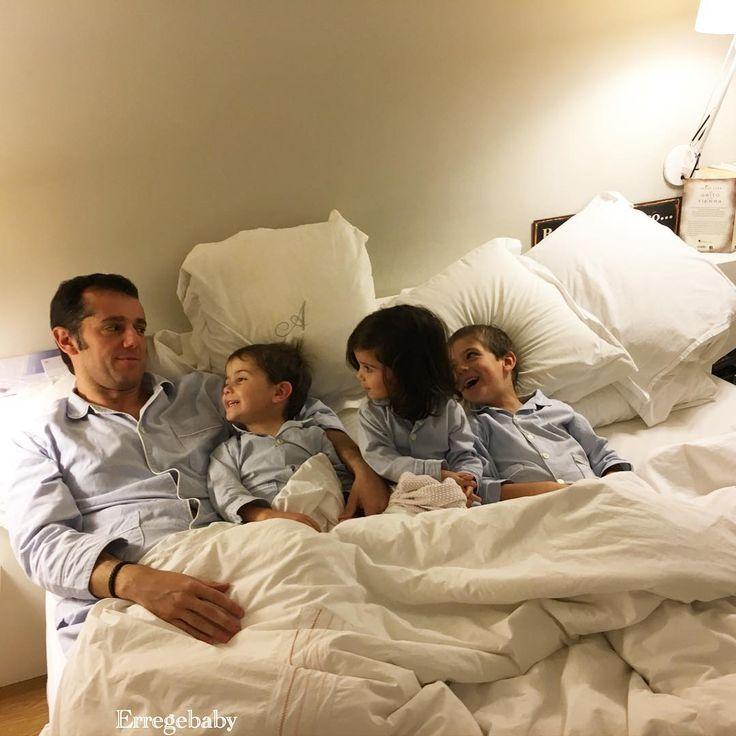 Menudo finde... lo que dan de si 24 horas en Mallorca, digo yo que no debe ser sano reírse tanto.. gracias a unos abuelos entregados que se han quedado a las fieras. Ahora todos erregeados con el mismo pijama nos vamos a dormir. Buenas noches.. #padredefamilia #hermanos #pijamas #familiaerregeadajamasseraseparada #fierasfelices #madeinbarcelona #madeinspain