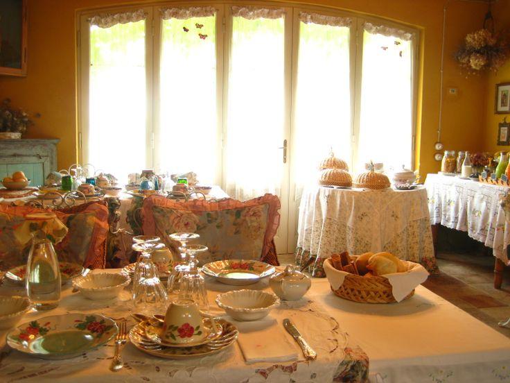 Tavoli pronti per la colazione nella serra d'inverno. Ma nelle belle giornate d'estate la colazione si fa all'aperto!