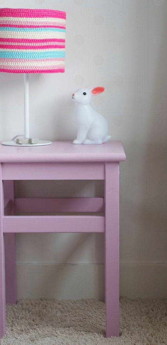 Lamp met gehaakte lampenkap van PieceOfaCookie op Etsy, €15.00