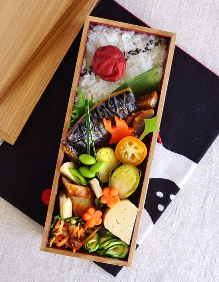今日のお弁当: ・ごはんと梅干し ・焼塩鯖 ・竹輪と野菜の煮物 ・だし巻き卵、芽キャベツのピクルス、枝豆、イチジクのコンポート
