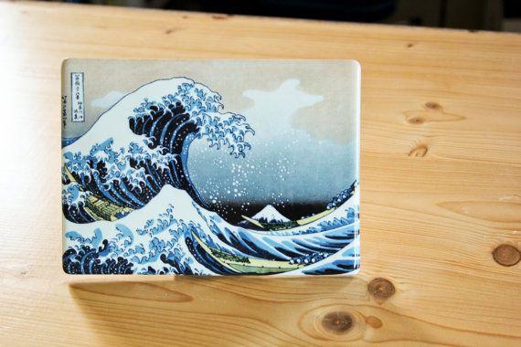 Uno dei più celebri quadri della storia, La Grande Onda di Katsushika Hokusai, ritorna a nuova vita e su un nuovo supporto: quello ceramico. Oltre ai colori brillanti e a una magnifica lucentezza, questa preziosa opera può essere vostra fornita di un pratico supporto da tavolo (che potrete incollare sul retro). Questa stampa di altissima qualità, cotta su ceramica a oltre 850°C conferisce al supporto una vita eterna!  Noi di FotoceramicheOnline possiamo permetterci di garantire il prodotto…