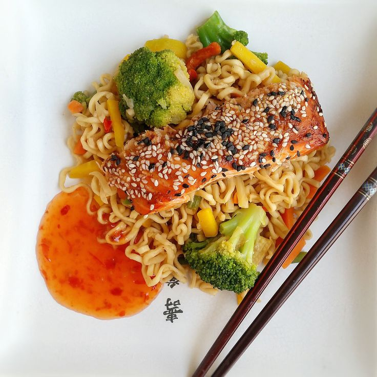 En saftig och kryddig lax med asiatiska smaker, serveras med nudlar och sweet chilisås. Marinerar du laxen i god tid blir den ännu godare och saftigare.