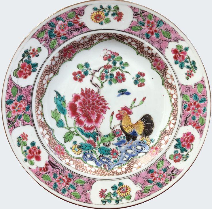 Assiette à décor d'un coq peinte dans les émaux de la famille rose en porcelaine de Chine de la Compagnie des Indes d'époque Yongzheng. Chine. Asie. Peinte dans les émaux de la famille rose, à décor d'un coq juché sur un rocher percé, à coté d'une importante pivoine.