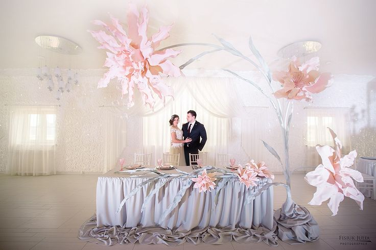 Oh my goodness!! I love these giant paper flowers!! With creative styling these could be perfection and a hot topic.....inspired...
