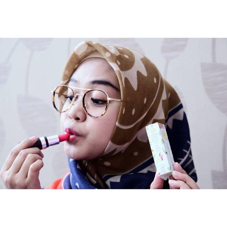 Lipstick dengan warna dan hasil alami seperti sulam bibir. awet 24jam seperti liptint tapi lembabnya luar biasa dan gak bikin bibir kering boleh dibandingkan dengan lipstick sejenis. Yang ini lembabnya juara, tidak luntur, seketika memberi efek menarik dan mengencangkan kerutan bibir membuatnya tampak kenyal elastis dan bibir tampak kembali muda, yang juga bertindak sebagai perawatan mencerahkan warna bibir secara alami permanen percayakan 100% pada AWS BEAUTY MAGIC COLOR (LIPSTICK SERUM)…