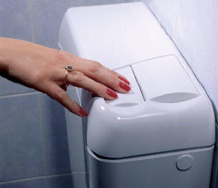 Vader installeerde enkele dagen geleden een toilet met een spaarknop op die manier gaat er veel - Kleine kamer d water met toilet ...