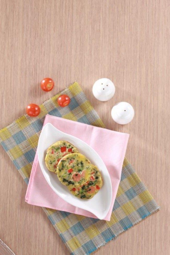 Membuat sarapan tidak perlu waktu lama, agar hidangan tetap hangat. Seperti telur bayam. Tambahkan potongan sosis agar lebih menarik. Mari kita buat.