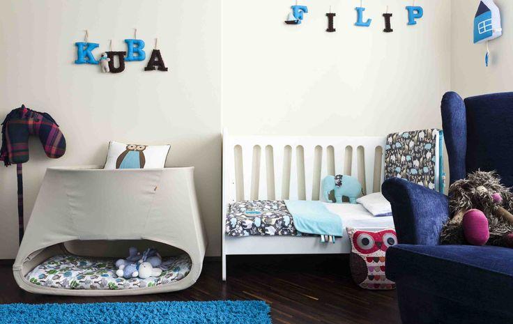 Pokój dzięcięcy urządzono w dwóch kolorach białym i niebieskim. Jest to pokój dla niemowlaka i dla przedszkolaka. Obejrzyjcie pokój dziecięcy aranżacje w galerii zdjęć, to dobra inspracja dla osób, które chcą szybko przerobić sypialnię na pokój dziecięcy.