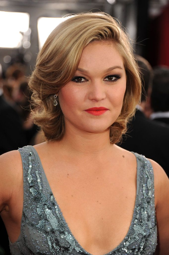 Julia Stiles in a bright red-orange lip color. #SAGAwards
