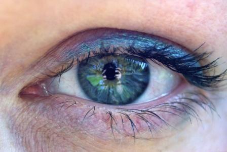 OČNÍ CVIČENÍ VÁM POMŮŽE SNÍŽIT DIOPTRIE Zrak je důležitý smysl, jeho cenu si uvědomujeme, až když ho začínáme ztrácet. Dlouhé vysedávání u televize, umělé světlo, zejména nadměrné osvětlení, krátká čtecí vzdálenost, to vše oslabuje náš zrak.