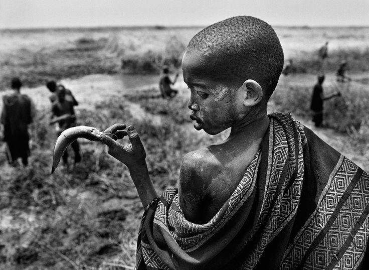 Sebastinao Salgado / Gênesis - Os Dinca Sul do Sudão - Os dinca passam o tempo livre pescando com lanças nas águas do rio Nilo. 2006.