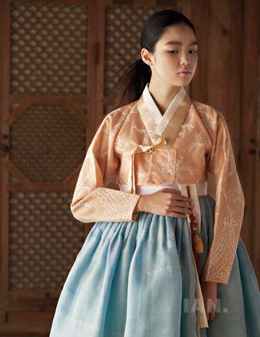 hanbok by Tchai Kim Young Jin (차이 김영진); photography by Kim Sang-Gon