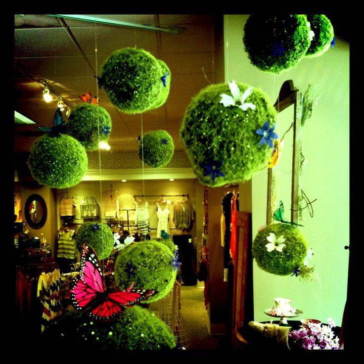 mayo mes de las flores - me encanta esta idea! - más escaparates e ideas para la #farmacia en http://pinterest.com/farmagestion/escaparates-y-paqueter%C3%ADa-farmacia/