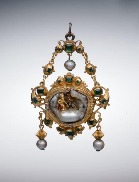 Colgante de oro, esmeraldas, esmaltes, perlas barrocas y perlas, con San Jerónimo penitente. Español, mitad siglo 17  Spanish Pendant with the Penitent Saint Jerome, mid-17th century. Gold, enamels, emeralds, baroque pearl, and pearls
