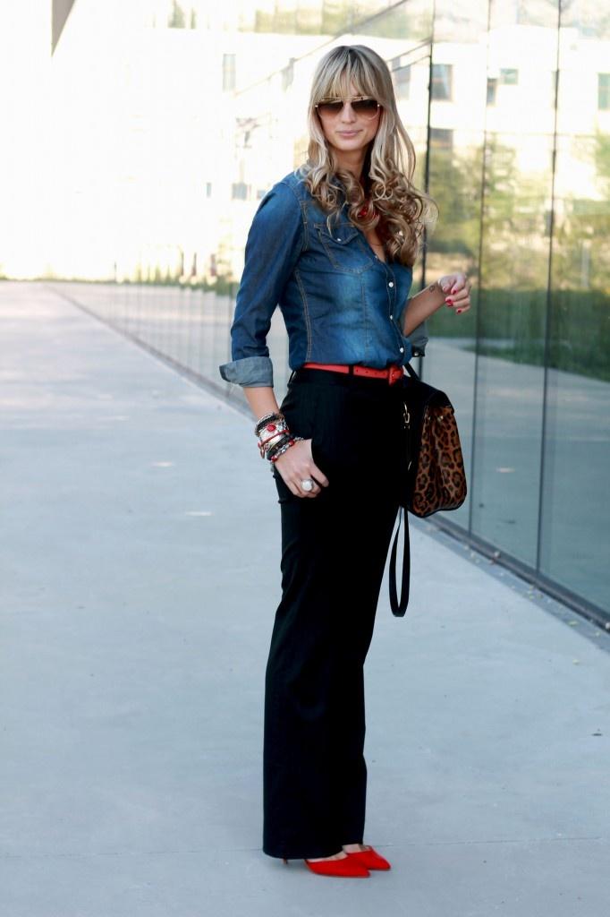 camisa de jeans, pantalon negro, cartera animal print y detalle de color en zapatos y cinturón ♥
