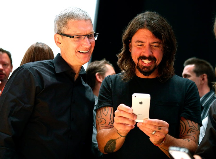 Tim Cook y Dave Grohl.