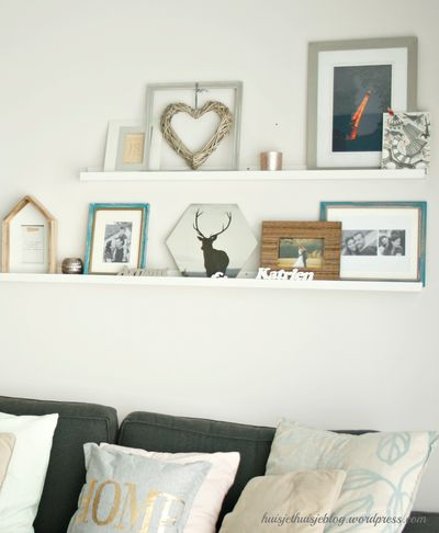 Binnenkijken bij huisjethuisjeblog - In onze woonkamer bouwden we een fotowand op smalle wandplanken van Ikea. Zo kun je regelmatig de samenstelling aanpassen.