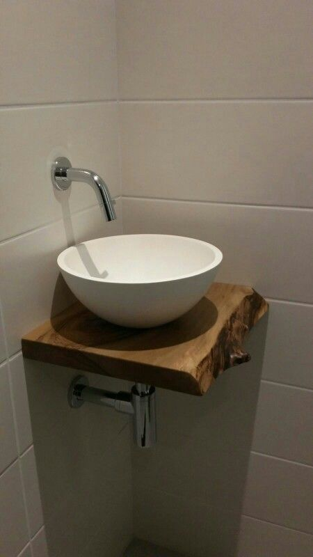 Het toilet met een stenen was kom en een schaaldeel van notenhout