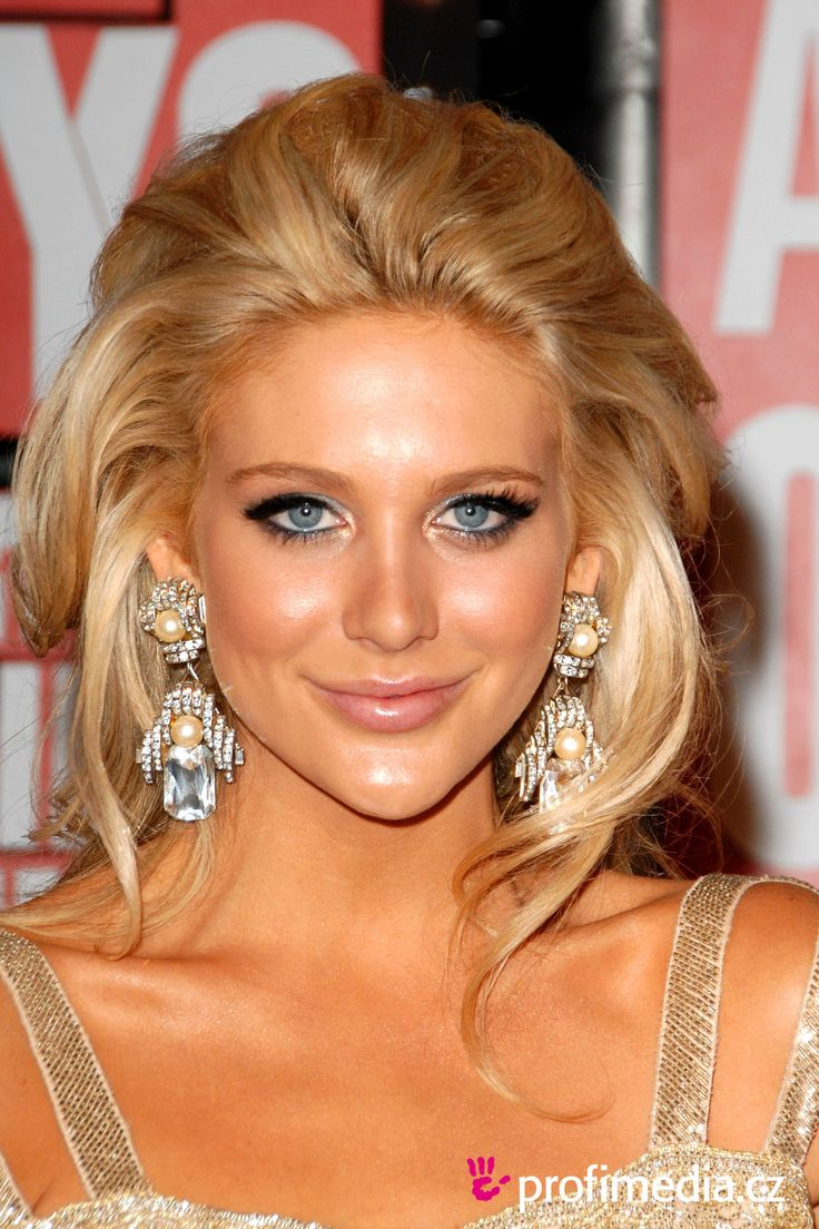 Stephanie Pratt, love the blonde color and her make up is exquisite.