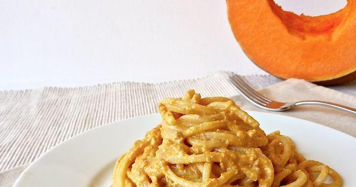 Spaghetti alla chitarra al pesto di zucca. Ricetta light, semplice e veloce.