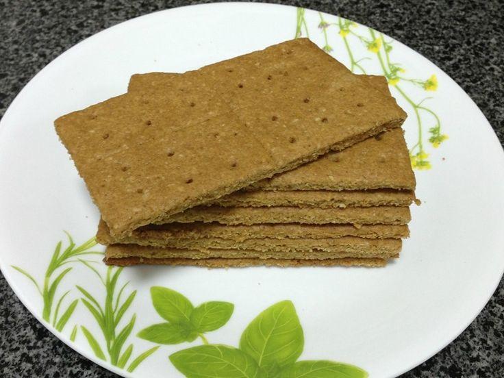Крекеры домашние Грэм (Homemade Graham Crackers) Рецепт рассчитан на 16 шт. 5,5х12,5 см  Мука пшеничная цельнозерновая - 95 г. Мука пшеничная общего назначения - 65 г. Отруби пшеничные - 13 г. Сахар белый - 65 г. (45 г.) Порошок для выпечки - 1/4 ч.л. Сода - 1/4 ч.л. Соль - 1/4 ч.л. Масло сливочное холодное - 95 г. (85 г.) Мёд (патока) - 20 г. Молоко - 30 г. (+30 г.) Экстракт ванильный - 1/2 ч.л.