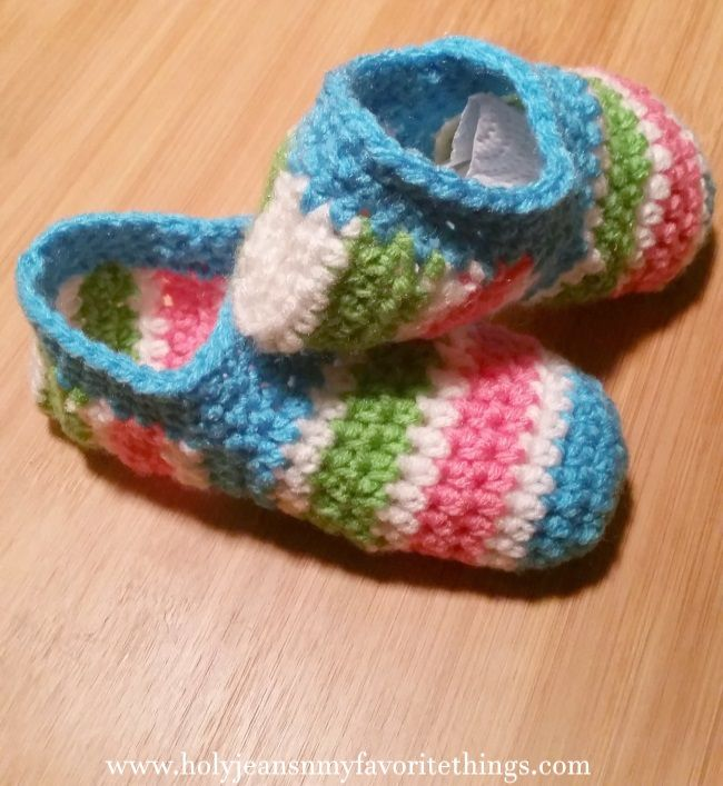 Keep their little feet warm this winter with this FREE Crochet Pattern for Child's Slippers. #Crochet #QuarteredHeartCrochet