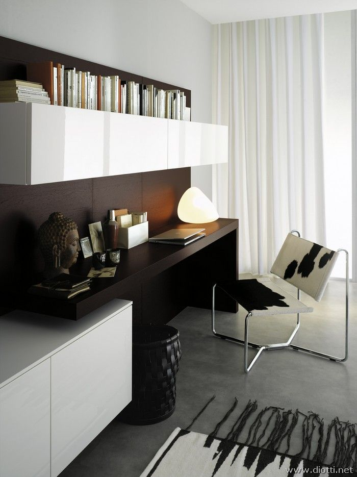 The desk h76 cms in Rovere Moro rests on the base through a methacrylate support.