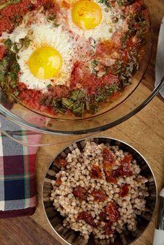Πανεύκολη και νόστιμη συνταγή: Αυγά φούρνου με σπανάκι και φαγόπυρο με λιαστή ντομάτα, συνταγές για χορτοφάγους χωρίς γλουτένη