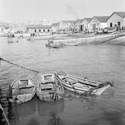 Barcos de Pesca, Lisboa, Portugal by Biblioteca de Arte-Fundação Calouste Gulbenkian, via Flickr