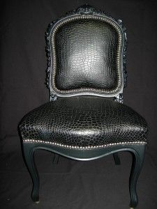 Ici, crocos de synthèse !! Noir pour cette chaise voltaire dentelle. Peinture noire vernie. Clous de tapissiers nikel chromés. Eclats de givre.