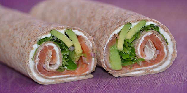 Virkelig lækre og nemme wraps, der er fyldt med røget laks, cremet avocado og skønne krydderurter. Fantastisk smagskombination, der egner sig både til frokost og aftensmad.