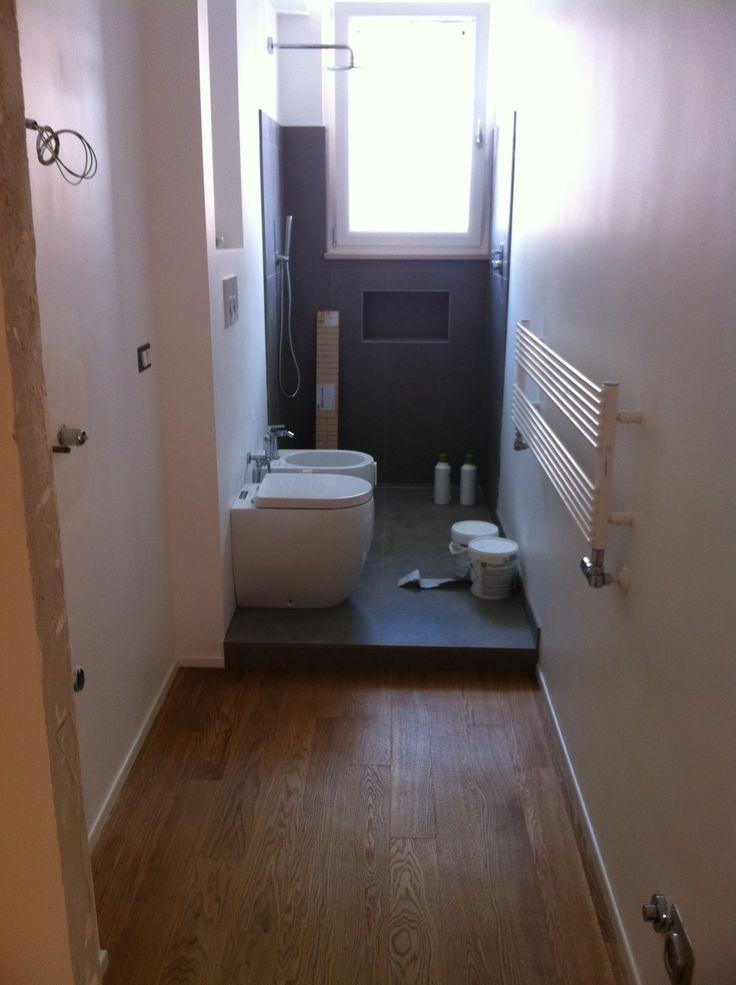 Sfruttare dislivelli per spezzare bagno lungo e stretto