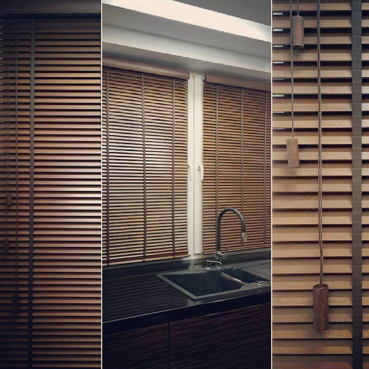 Drewniane żaluzje to nie tylko estetyczne ale i praktyczne rozwiązanie dekoracji okna kuchennego.  Żaluzje drewniane o grubości lameli 25 mm, montowane bezinwazyjnie prezentują się doskonale a swoją kolorystyką nawiązują do frontów kuchennych. Dekoracje okienne, dekoracje tekstylne, szycie na wymiar, styleathomepl.