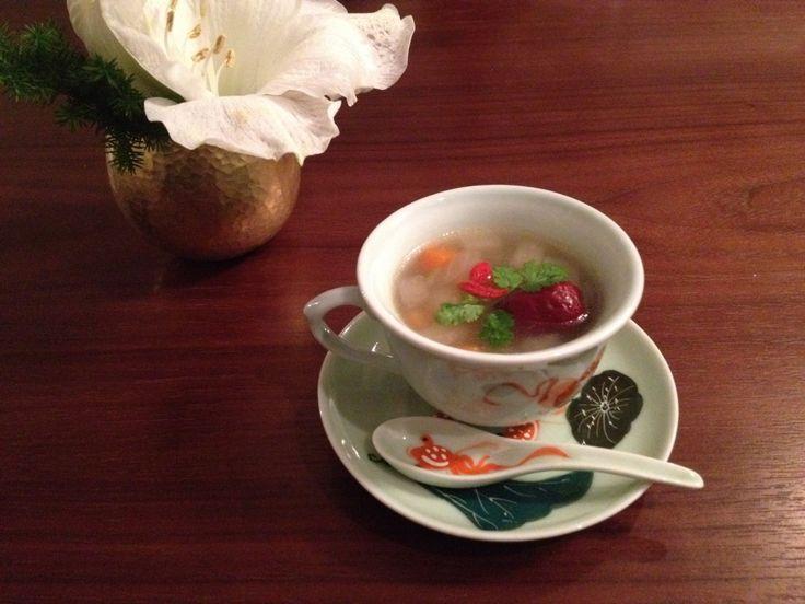 梨の薬膳スープ      久々のスープレシピは、梨を使ったとっても体に良いスープ。 寒くなり、最近のお悩みの上位はやはり『乾燥』です! そこで、ボタニカルフェイシャルで保湿トリートメントをした後に、潤い薬膳スープを作ってみました♪ 梨のスープ材料(2人分) 梨・・・1/4個 ねぎ・・・1/4本 人参・・・1/3本 乾燥なつめ・・・1個 クコの実・・・少さじ1 香菜・・・少々 チキンスープストック・・・小さじ1 塩・・・少々 胡椒・・・少々   作り方 1、お湯を沸かし、スープストック、乾燥なつめを入れる。 2、なし、ねぎ、人参は全て1センチ角位のサイコロ状に小さく切り、1に入れる。 3、クコの実を加え、柔らかくなるまで煮て、塩、こしょうで味を調整する。 4、仕上げに香菜の葉を飾ります。 もう出来ました。。またまた簡単〜!!   ①本格派の方はぜひ鶏ガラでトライして下さい!烏骨鶏などあればなお素敵です☆ ②大根や玉ねぎ、セロリなどお野菜は何でもOKです。 ③寒いので、ショウガと紹興酒も今回入れました。 ④香菜は好き嫌いがあるのでお好みで^^…