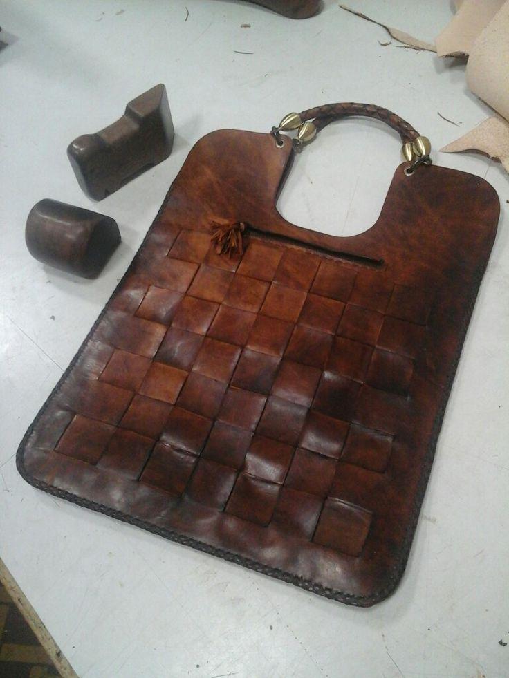 Bolso urdimbre hecho a mano en cuero medio de tala vejetalizado, tecnica anticado florentino.
