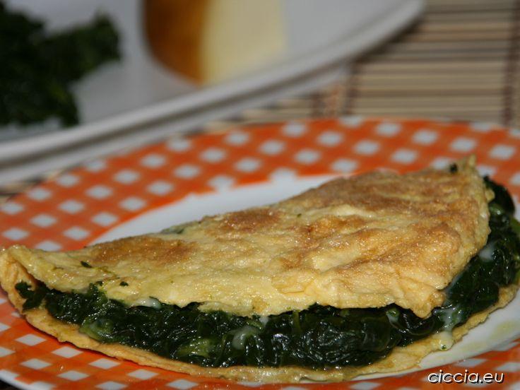 <p>L'omelette spinaci e cacio affumicato è una ricetta di un secondo piatto completo e molto gustoso. Un piatto che si prepara facilmente e velocemente ed è un modo molto invitante di proporre le verdure ai bambini.L'omelette agli spinaci è ideale da preparare quando si ha poco tempo ma si vuole preparare un piatto appetitoso e completo.</p>