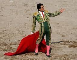 Los matadores llevaron el traje de luces. Ellos tienen la espada a matar el toro. También ellos jueguen con los toro con la muleta. Él hace las pases con los toros. El traje de luces tiene la capa, las medias rosados, el chaleco, la camisa blanca, la corbata negra, la chaquetilla, los pantalones, y las zapatillas negras.