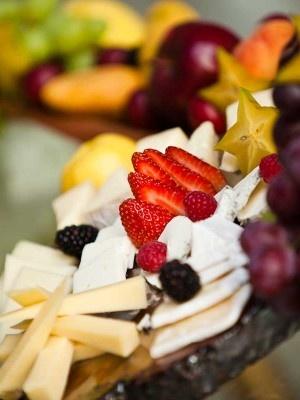 Detalle de una Mesa de Quesos, Carnes Frias y Frutas, de Tiffany Gourmet en una de Nuestras Bodas (Fotografía de Gustavo Acosta) » BodaTip