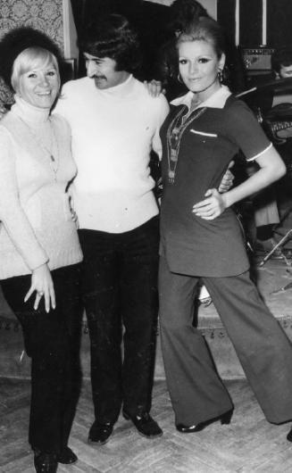 GÖNÜL YAZAR- DURUL GENCE- AJDA PEKKAN Ajda Pekkan, sahneye Gönül Yazar'ın yardımı ile çıktı. Çünkü giyecek ne bir elbisesi ne de ayakkabısı vardı. Yazar giymediği elbise ve ayakkabılarını Pekkan'a verdi. Sonraki yıllarda Ajda Pekkan, Durul Gence ile birlikte Ajda Pekkan&Durul Gence Beşlisi olarak sahneye çıktı (1969).
