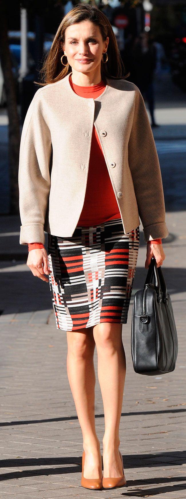 La Reina Letizia ha vuelto a lucir su falda geométrica de Hugo Boss para reunirse con la Federación Española de Enfermedades Raras.
