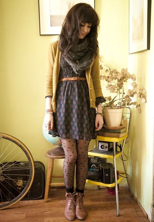 Robe, cardigan, ceinture de taille, collants à pois, bottines, foulard infini