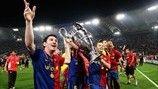 Lionel Messi celebra su segundo título de la UEFA Champions League después de que el Barcelona derrotara al Manchester United en la final de...
